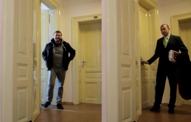 Bývalý dušanův prokurátor Ivo Černík se přišel před soudem ujistit za tím současným, že vše proběhne hladce. Úsměv na rtu mluví za vše! — s ivo černík a jaroslav miklenda