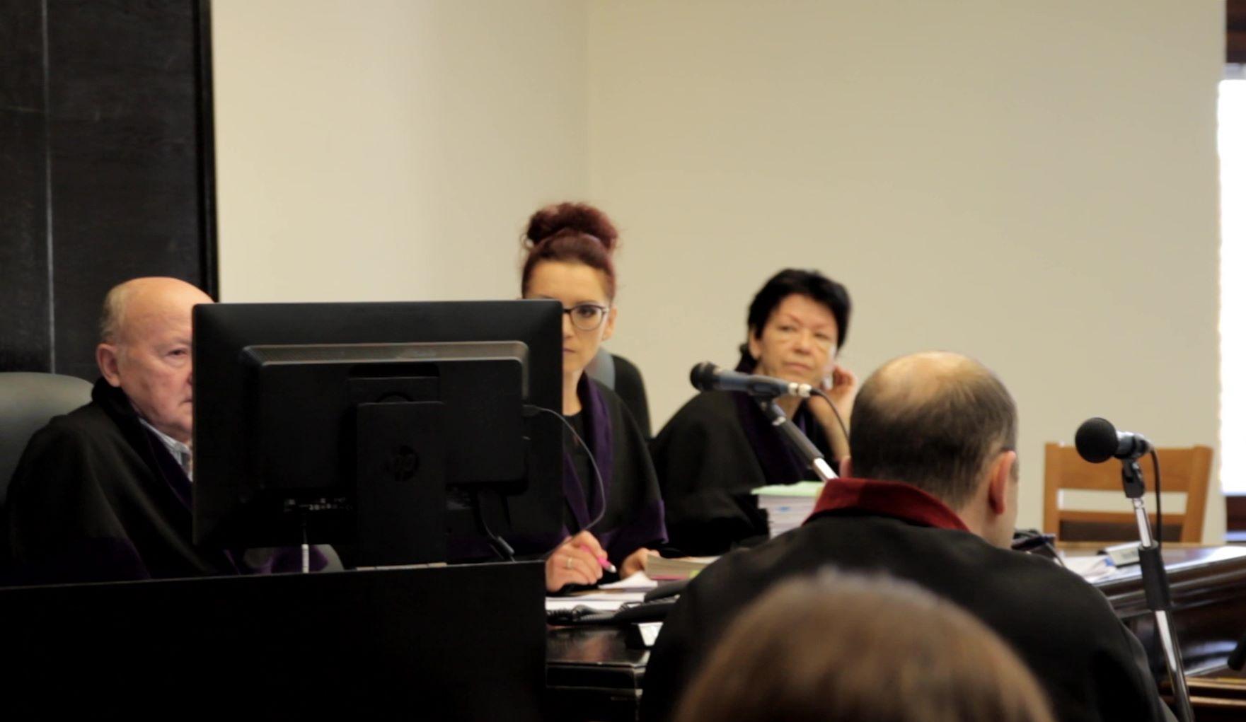 Předsedkyně senátu JUDr. Adéla Pluskalová a dva soudci z lidu před začátkem soudu